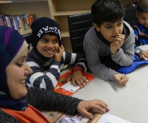 The teacher Amena Ragess reads stories to the children in both languages (photo: Jasmin Zikry)