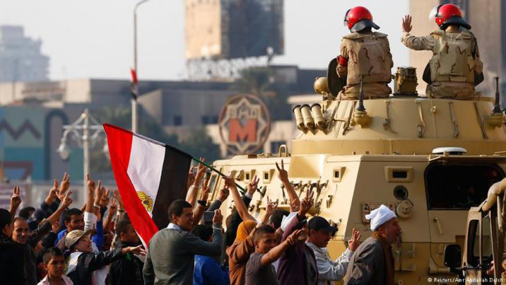 Egyptian military in solidarity with the demonstrators on Cairo′s Tahrir Square (photo: Reuters)