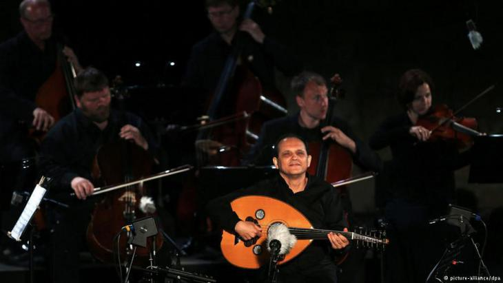 Anouar Brahem performing during the International Carthage Festival in 2014 (photo: picture-alliance/dpa)