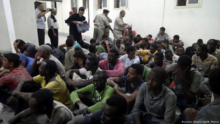 Refugee survivors of a shipwreck in the Egyptian town of Rosetta (photo: picture-alliance/dpa)