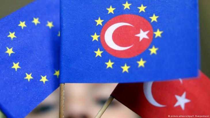 Fictional flag displaying the Turkish and European symbols (photo: dpa/picture-alliance)