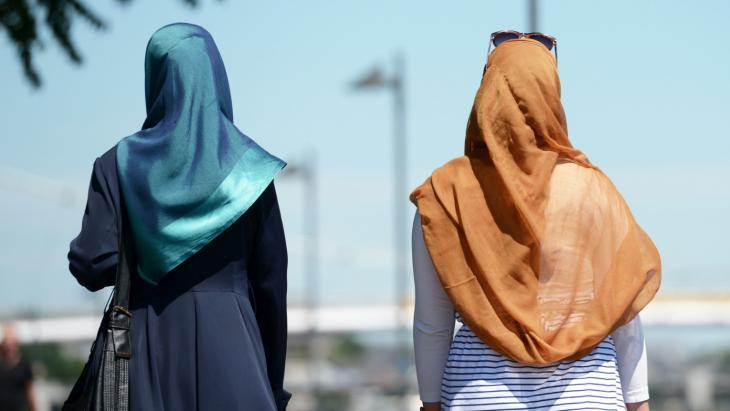 Muslim women wearing headscarves in Frankfurt am Main (photo: dpa/picture-alliance)