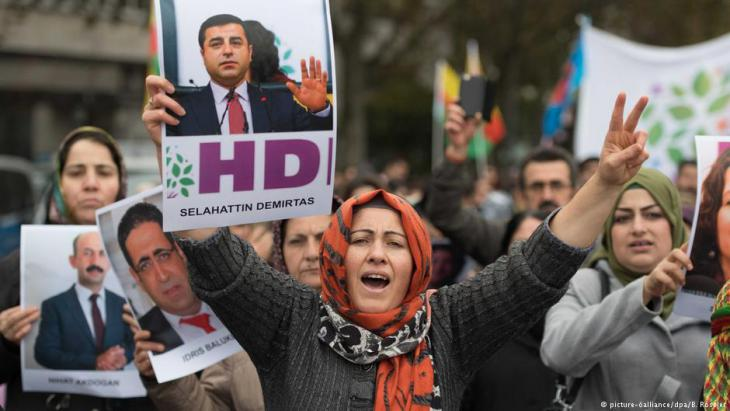 Demonstration of solidarity for HDP politician Demirtas in Frankfurt am Main (photo: dpa/picture-alliance)