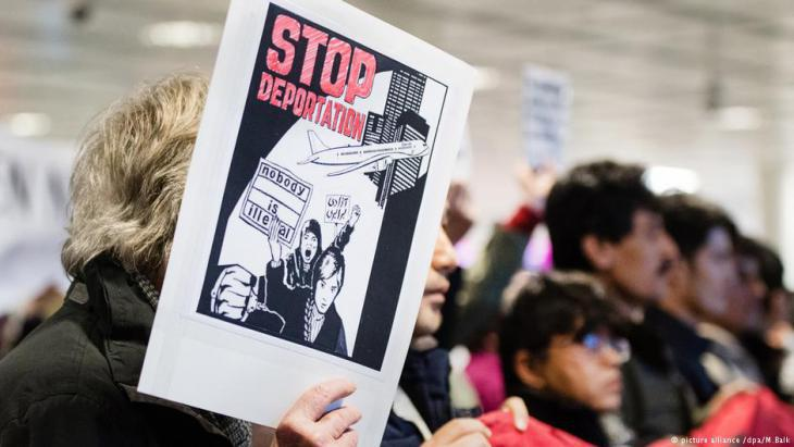 Protesting against deportations at Munich airport (photo: picture-alliance/dpa)