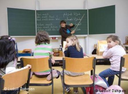 Extra language tuition for migrant children (photo: Ludolf Dahmen)