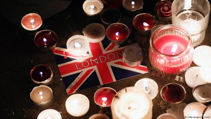 Postcard left at a candlelit vigil on Trafalgar Square for the victims of the attack in London on 22.03.2017 (Getty Images/C. Court)