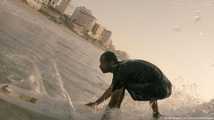 Still from ″Gaza Surf Club″ (photo: Little Bridge Pictures/Niclas Reed Middleton)