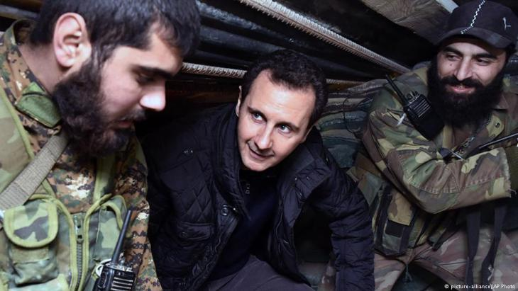 Assad visiting troops in East Damascus (photo: picture-alliance/AP)