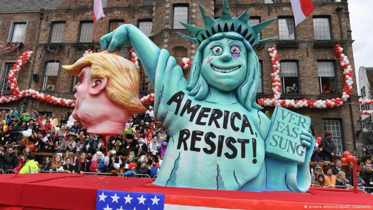 Drastic satire in Dusseldorf, Germany: New York′s Statue of Liberty is shown promoting resistance to President Trump (photo: picture-alliance/dpa)