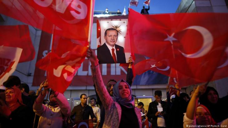 Ecstatic Erdogan supporters following the announcement of the referendum result (photo: picture-alliance/AP)
