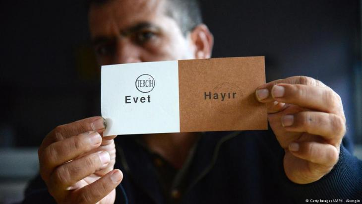 "Turkey's simple ""Yes, No"" ballot paper (photo: Getty Images/AFP/I. Akengin)"