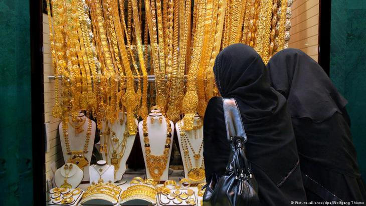 Women admiring a shop window display in Dubai′s Gold Souk (photo: dpa/picture-alliance)