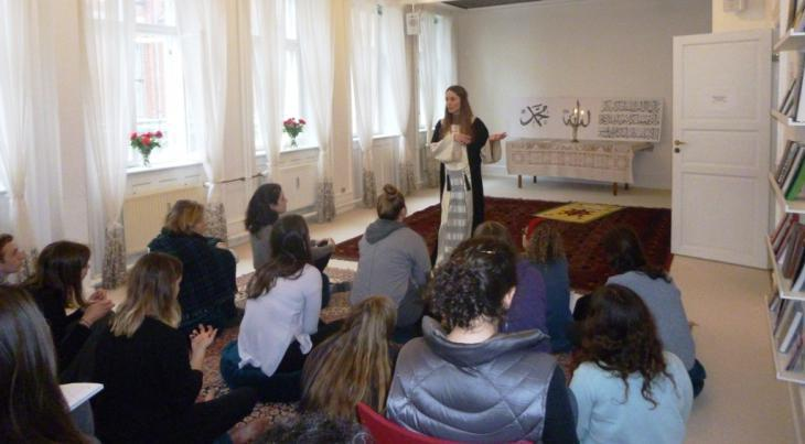 Sherin Khanhan gives a talk in the Mariam Mosque prayer room (photo: Ulrike Hummel)
