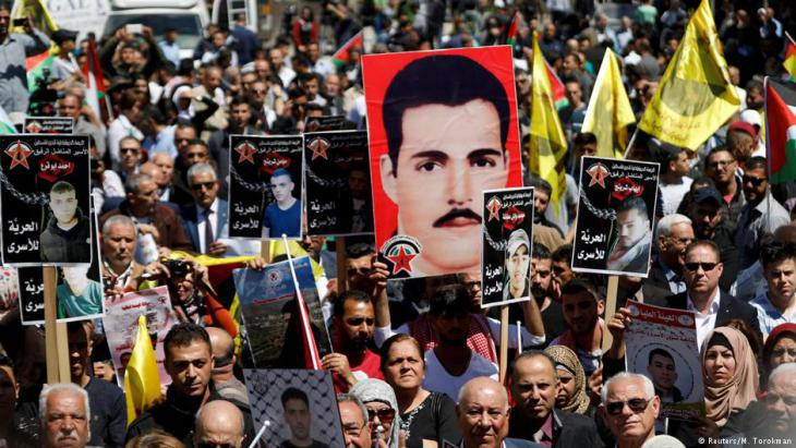 Demonstration of solidarity with hunger-striking Palestinian prisoners in Ramallah (photo: Reuters)