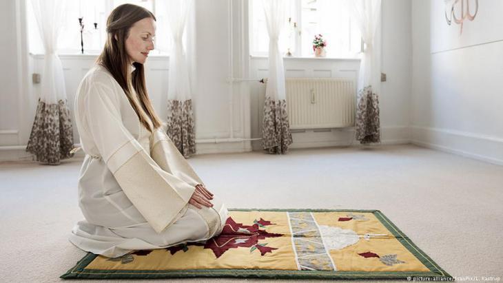 Sherin Khankan praying in the women′s mosque in Copenhagen (photo: picture-alliance)