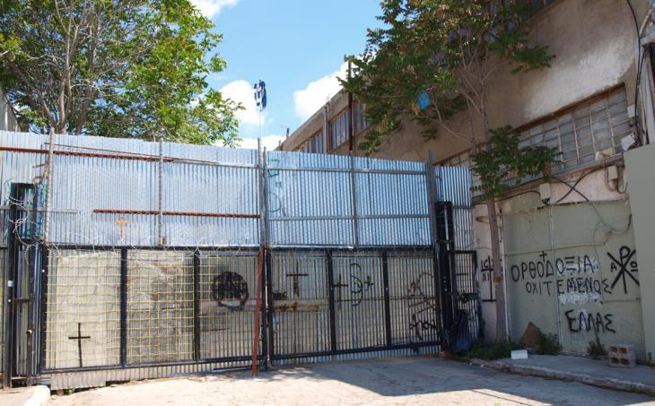 Locked gates block the view onto the mosque building site in Athens (photo: Mey Dudin)