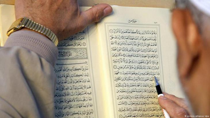Muslim studying the Koran (photo: dpa/picture-alliance)