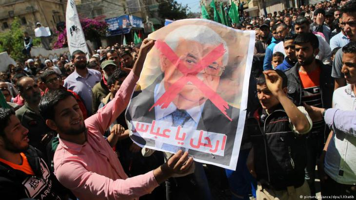 Supporters of the Palestinian Hamas movement hold crossed-out portraits of Palestinian leader Mahmoud Abbas during a protest against the Israeli blockade of the Gaza Strip in Khan Younis in the southern Gaza Strip on 14 April 2017 (photo: picture-alliance/dpa/I. Khatib)
