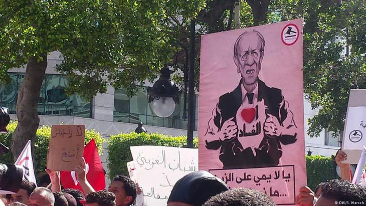 ′I love corruption′: caricature of the Tunisian president, Beji Said Essebsi, seen at the Manich Msameh demonstration on Habib Bourguiba Avenue in Tunis, 13 May 2017 (photo: DW/Sarah Mersch)