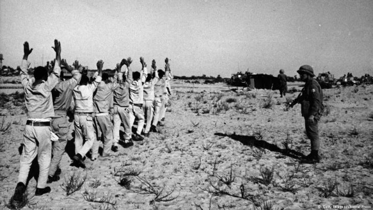 Egyptian prisoners during the Six-Day War (photo: Central Press/Getty Images)