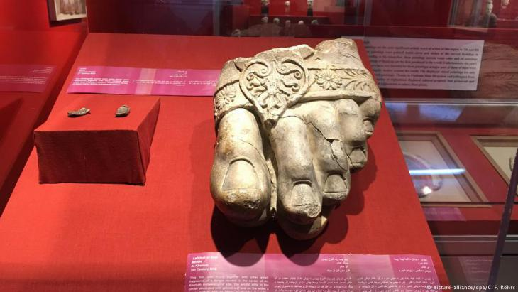 Foot of a huge statue of Zeus recovered from an ancient city in northern Afghanistan (photo: picture-alliance/dpa)
