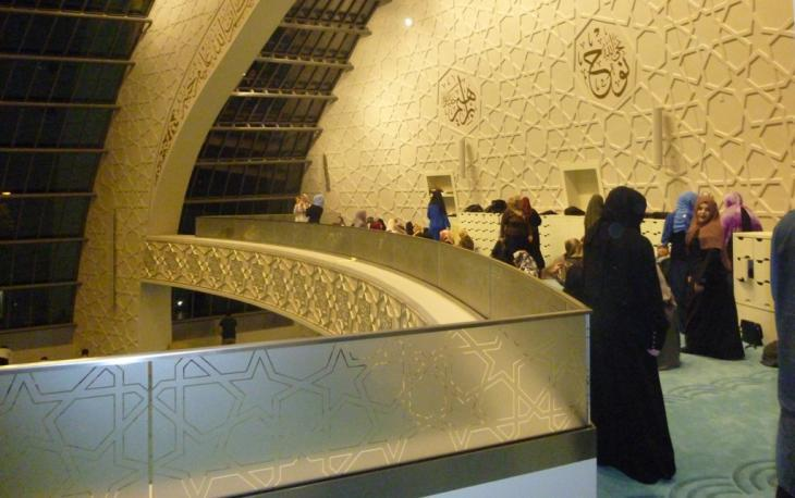 Women on the gallery during prayers (photo: Ulrike Hummel)