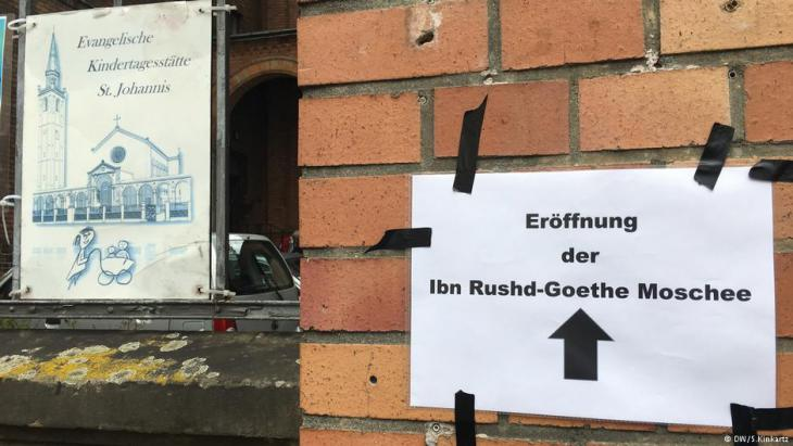 Sign outside St. John's Church pointing the way to the Ibn Rushd-Goethe Mosque (photo: DW/S. Kinkartz)