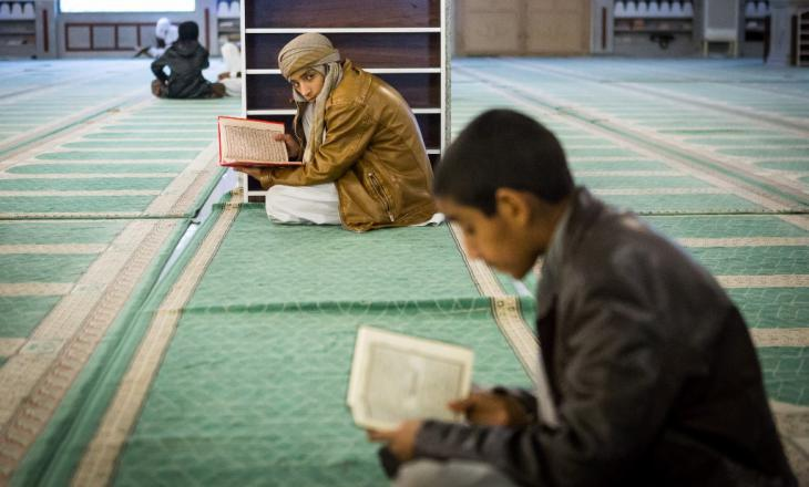 Two boys reading the Koran in the Makki Mosque (photo: Philipp Breu)
