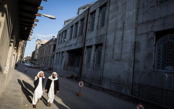 Two students from Jamiah Darul Uloom University stroll past the Makki Mosque building site in Zahedan (photo: Philipp Breu)