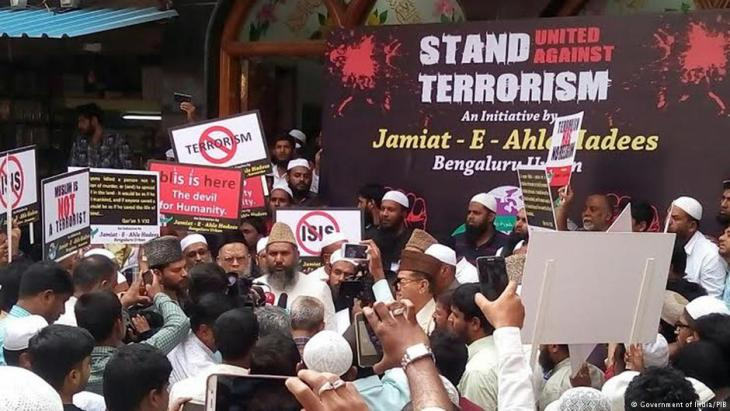 Muslim clerics talk to the press following discussions with the Indian government to come up with an anti-IS strategy (photo: Government of India/PIB)