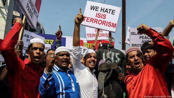 Muslims in Mumbai demonstrate following the Paris terrorist attacks, November 2015 (photo: picture-alliance/dpa/D. Solanki)