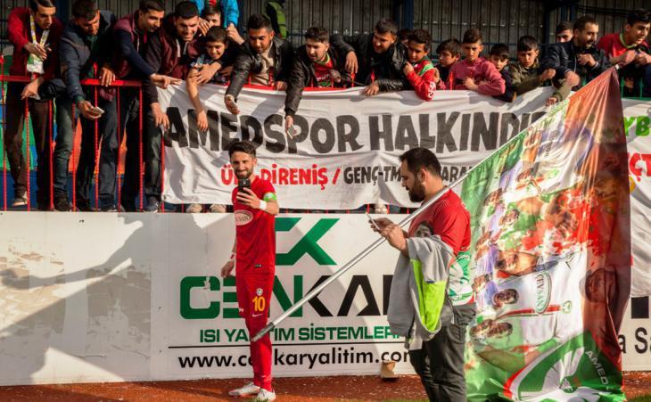 Amedspor fans and players interact (photo: Fatma Çelik)