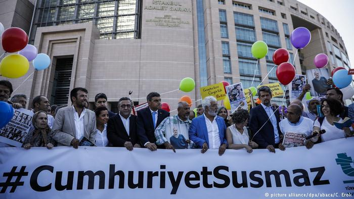 Activists release balloons outside the court in Istanbul, Turkey, where Cumhuriyet journalists went on trial, 24 July 2017 (photo: picture-alliance/dpa/abaca/C. Erok)