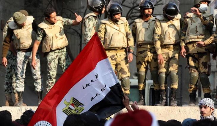Soldiers watch protests on Tahrir Square in Cairo (photo: dpa)