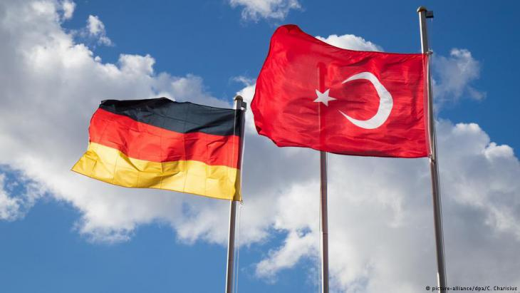 Symbolic image of German and Turkish flags (photo: picture-alliance/dpa)