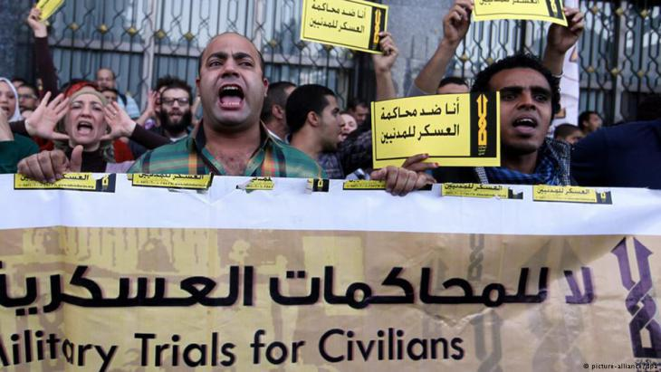 Demonstrators protest against military courts in Cairo (photo: picture-alliance)