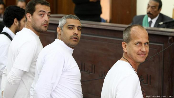 Process against Al Jazeera journalist Peter Greste (right) and three other men employed by the broadcasting company on 31.04.2014 in Cairo (photo: picture-alliance)