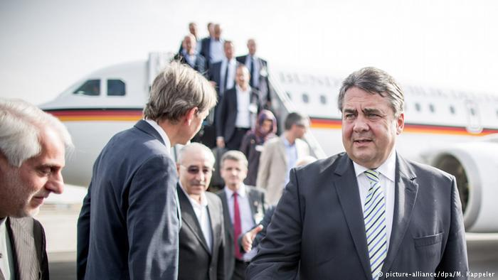 Germany′s then trade minister, Sigmar Gabriel, meets the Iranian oil minister in Tehran (photo: picture-alliance/dpa/M. Kappeler)