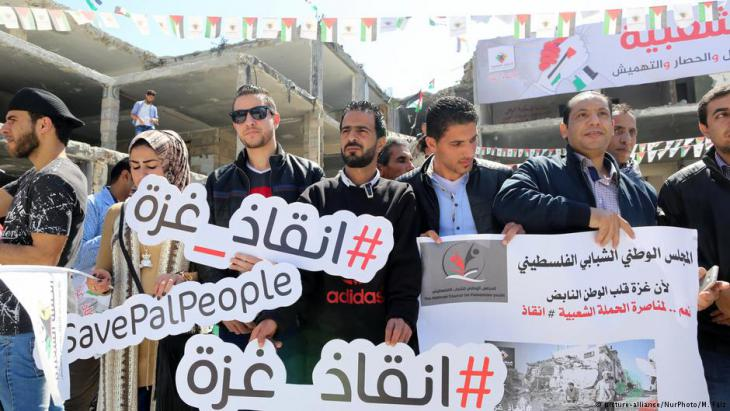 Palestinian people hold banner during the #SavePalPeople social media campaign in Gaza, April 2017 (photo: picture-alliance/NurPhoto/M. Faiz)