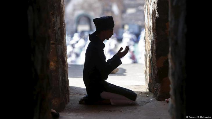 Muslim praying at the Feroz Shah Kotla Mosque in New Delhi (photo: Reuters)