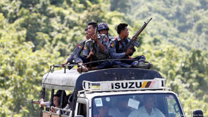 Police guard UN convoy carrying UN and NGO workers fleeing Maungdaw, following an attack by ARSA on 28.08.2017 (photo: Reuters/M. Ponir Hossain)