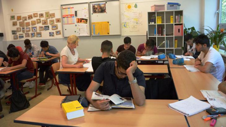 Refugees learning German in a school in Bonn (photo: DW)
