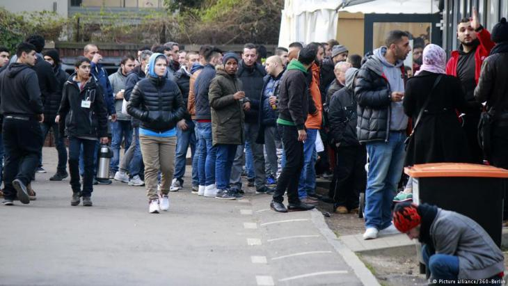 Refugees wait outside Berlin′s Office of Health and Social Affairs (LaGeSo) on 8 December 2015 (photo: picture-alliance)