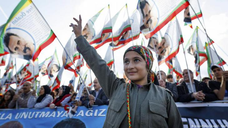 Participants wave banners at the 25th International Kurdish Culture Festival, held in September 2017 in Cologne, Germany (photo: Imago/Future image/C. Hardt)
