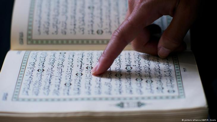 Man reading the Koran (photo: picture-alliance/ANP/R. Koole)