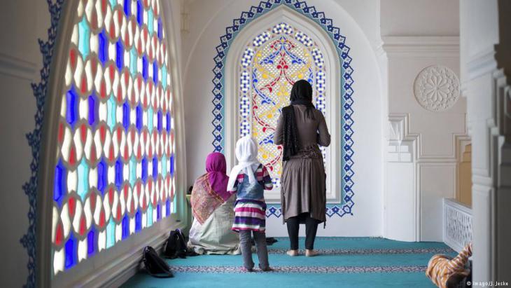 Muslims pray during Ramadan in the Sehitlik Mosque, Neukolln, Berlin (photo: Imago/J. Jeske)