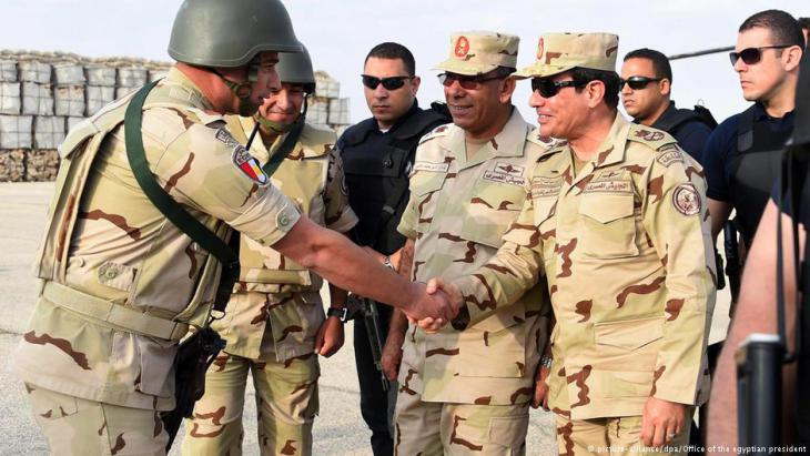 Egypt′s President Sisi (right) with the Egyptian military (photo: picture-alliance/dpa)