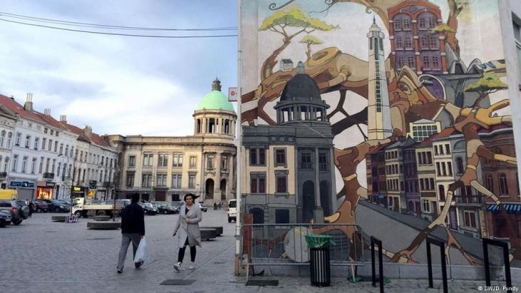Molenbeek Town Hall – left, the genuine article, right as graffiti (photo: DW)