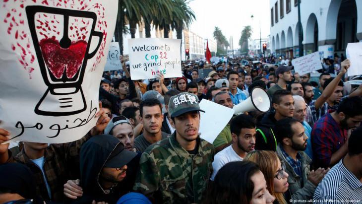 Protesting the death of a fishmonger in Al-Hoceima (photo: dpa/picture-alliance)