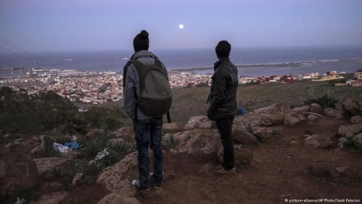 Refugees in the Moroccan province of Nador gaze down on the Spanish exclave of Melilla (photo: picture-alliance/AP)